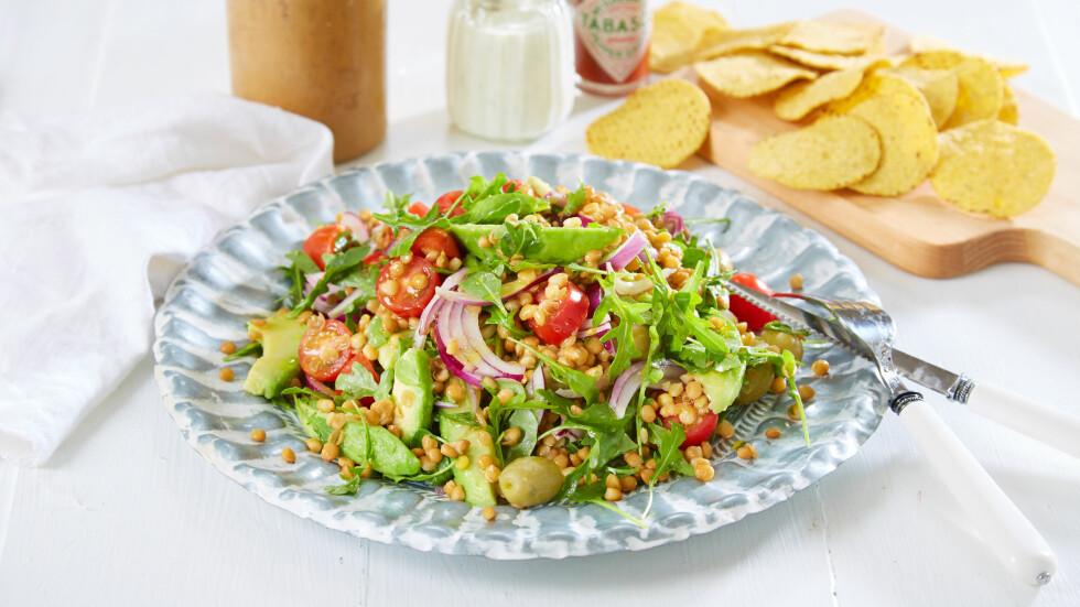 METTENDE SALAT: Linser og avokado gjør denne salaten til en fullverdig middag. Foto: Synøve Dreyer