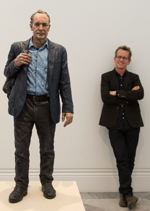 OPPFINNER AV INTERNETT: Sean Henry med sin skulptur av Sir Tim Berners-Lee, oppfinner av the world wide web, the National Portrait Gallery i London. Foto: Pa Photos