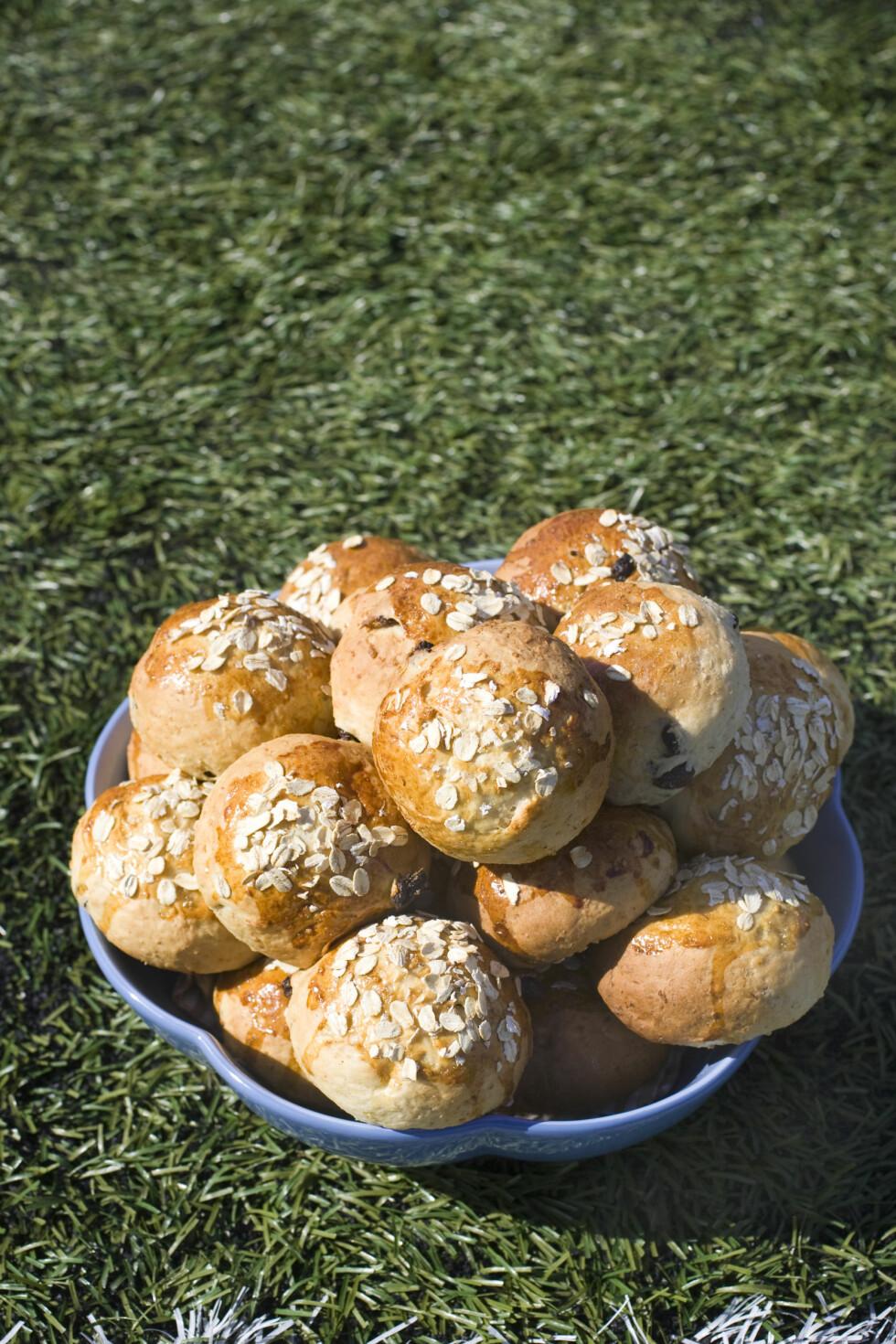HJEMMELAGDE HAVREBOLLER: Lyst på noe godt? Hva med å bake havreboller med vaniljekrem?  Foto: Brød og Korn