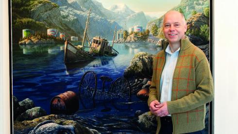 """TAKSTMANN: Frank Alm Haugen jobber som takserer hos blant annet Fineart i Oslo. Her står han foran bildet """"Oljeferden i Hardanger av Rolf Groven. Foto: Anne Vesaas"""