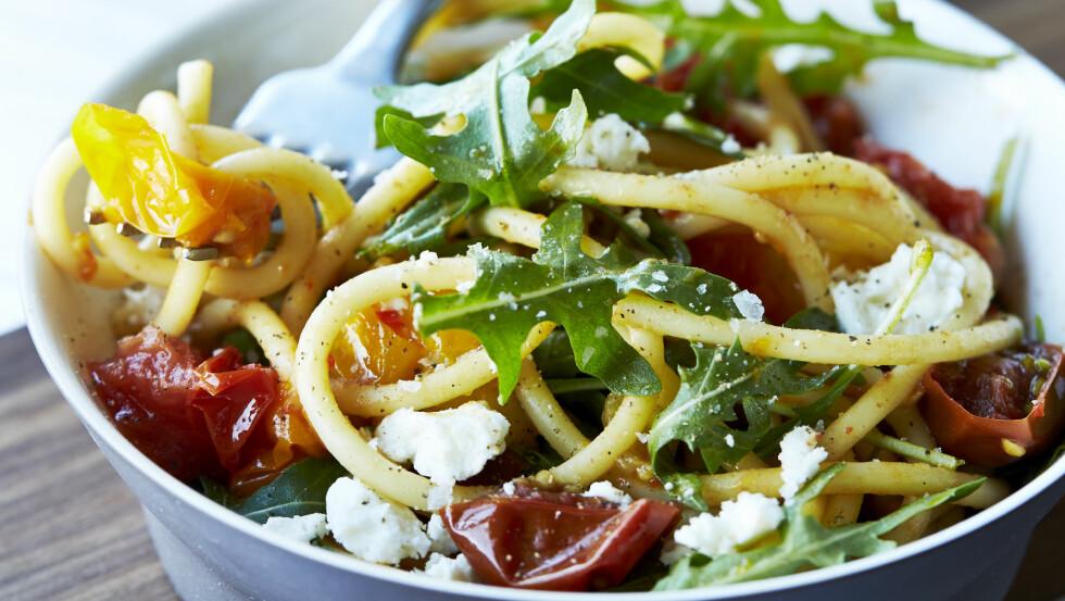 <strong>VEGETARPASTA:</strong> Nykokt pasta med deilige, stekte tomater, sprø ruccola og smakfull chevré eller smuldret fetaost, er en lettvint og grei mandagmiddag. Du lager den på ca. 15 minutter.  Foto: All Over Press