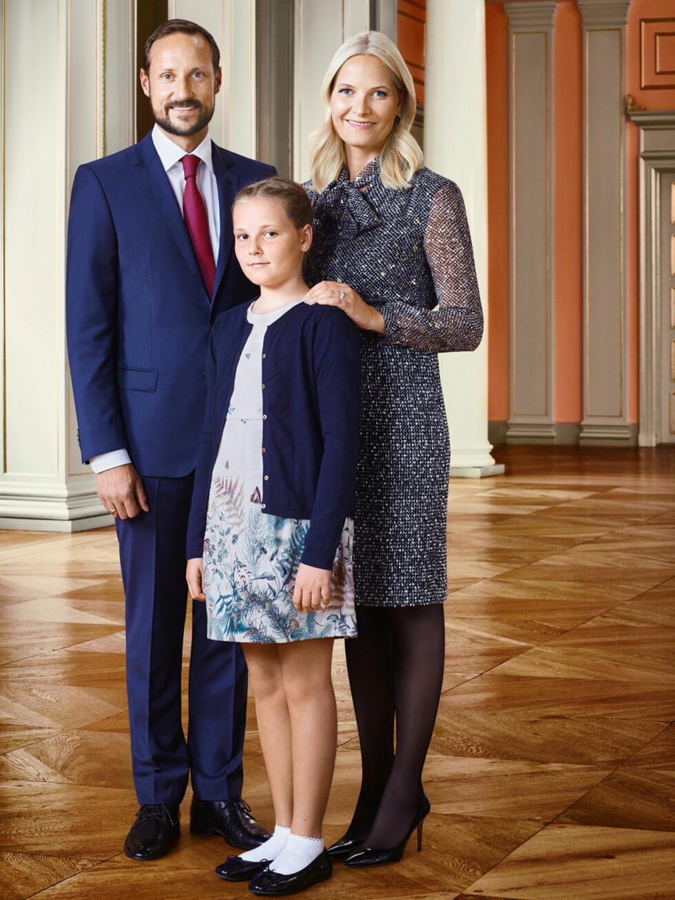 BURSDAGSBARN: Torsdag 21. januar fyller prinsesse Ingrid Alexandra 12 år. Dette bildet er delt i forbindelse med fødselsdagen, og viser to stolte foreldre med sitt skjønne bursdagsbarn. Foto: Jørgen Gomnæs / Kongehuset.no