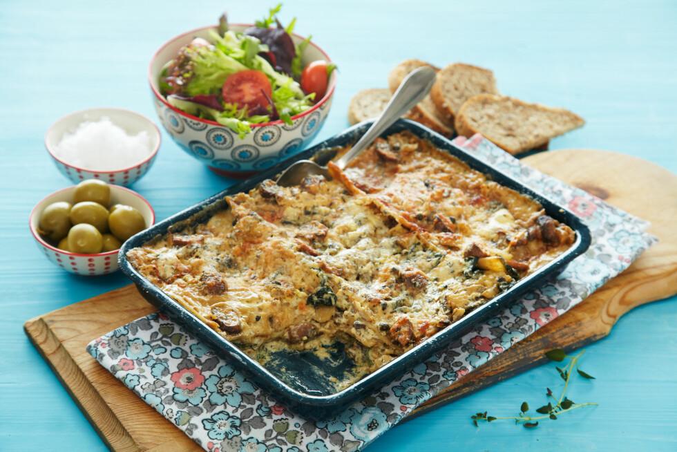 VEGETARISK LASAGNE: En stor form med lasagne er deilig middag for hele familien. Blir det mat til overs er lasagnen god å ta med i en lunsjboks dagen etter. Foto: Synøve Dreyer