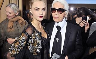 Supermodell Cara Delevingne (23) tok med noe helt spesielt på Chanel-visningen!