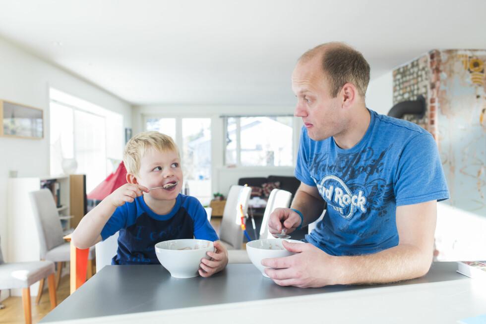 Sjokoladeis som formiddagsmat er ikke rutine, men siden det er lørdag og KK er på besøk, klarer Linus å overtale pappa'n.  Foto: Sondre Steen Holvik