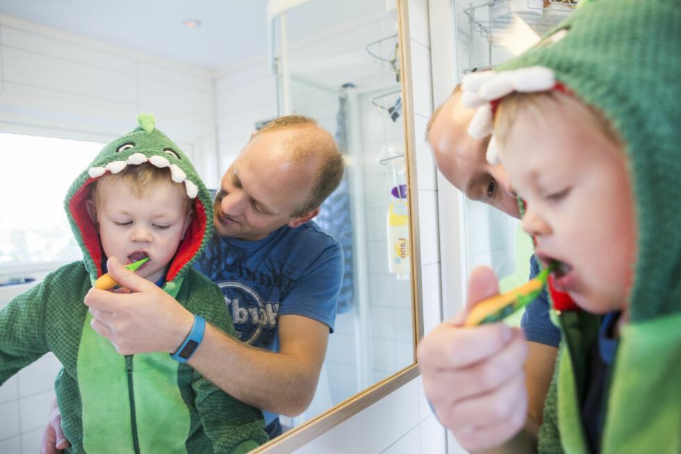 Morten er en avslappet far og ikke så nøye på litt rot ikrokene, men tannpussen får ikke Linus hoppe over. Foto: Sondre Steen Holvik