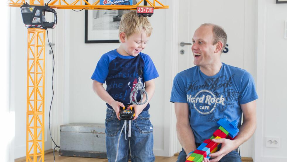 BLE FAR GJENNOM SURROGATI: Linus og pappa Morten er begge hekta på Lego og store maskiner. Det blir gjerne ganske høylytt når de to leker. Foto: Sondre Steen Holvik