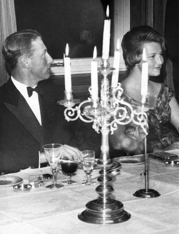 OSLO 1960: Kronprins Harald og Sonja Haraldsen fotografert i Storkeklubben under et selskap høsten 1960. For folket var den da 23 år gamle Oslo-jenta fremdeles ukjent. FOTO: NTB Scanpix