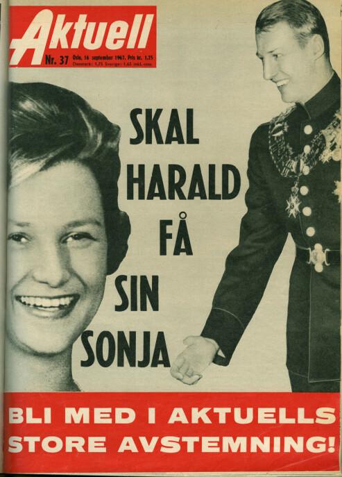 SPEKULASJONER: Faksimile av ukebladet Aktuell, nr. 37 fra 1967. Forholdet hadde da pågått i åtte år, uten at de to ennå hadde fått lov av kong Olav og den daværende regjeringen å inngå forlovelse. Forsiden var prydet med teksten: «Skal Harald få sin Sonja» og «Bli med i Aktuells store avstemning». FOTO: NTB Scanpix