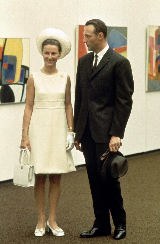 DAGEN FØR DAGEN: Sonja Haraldsen og kronprins Harald fotografert dagen før bryllupet som sto i Oslo Domkirke 29. august 1969. Her er de på Henie-Onstad Kunstsenter på Høvikodden. Kunstsenteret ble fem dager tidligere gitt som gave til Bærum kommune. FOTO: NTB Scanpix