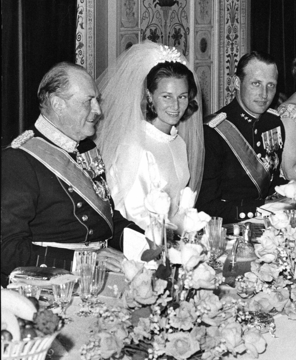 EN REALITET: Etter ni års kamp fikk endelig kronprins Harald (t.h.) sin kjære Sonja Haraldsen, og Oslojenta fra Vinderen på beste vestkant ble dermed Norges nye kronprinsesse. Bildet viser kong Olav, kronprinsesse Sonja og kronprins Harald under den store bryllupsmiddagen på slottet 29. august 1968. Foto: NTB Scanpix