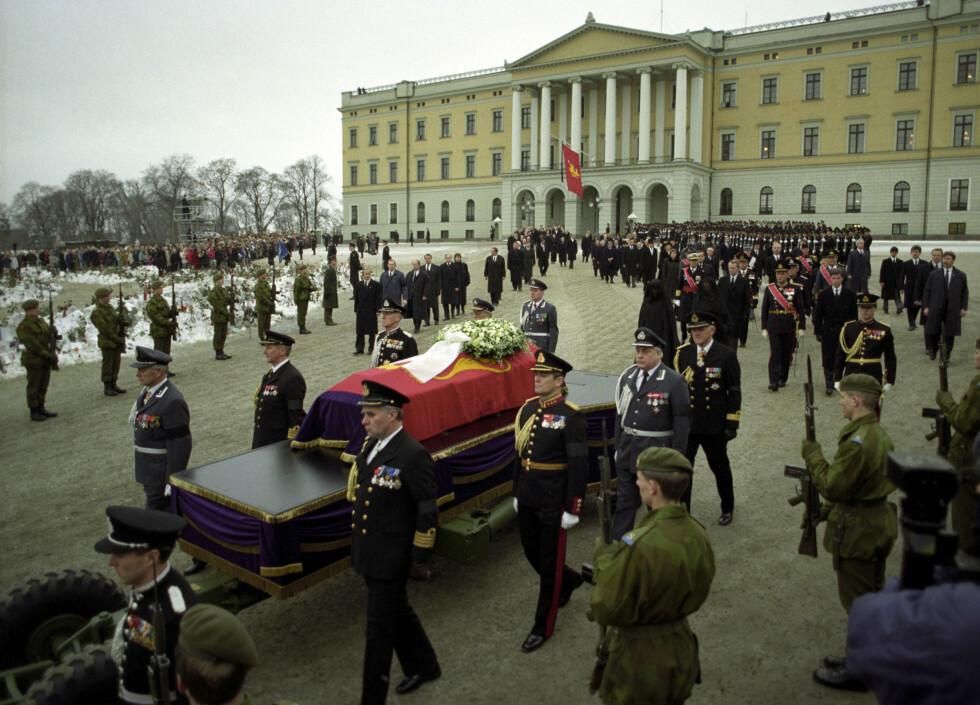 PROSESJON: Hele kongefamilien, den daværende regjeringen og flere medlemmer av Europas øvrige kongehus deltok i prosesjonen fra slottet til Oslo Domkirke 30. januar 1991, da kong Olav ble bisatt. FOTO: NTB Scanpix (Morten Uglum / Aftenposten)