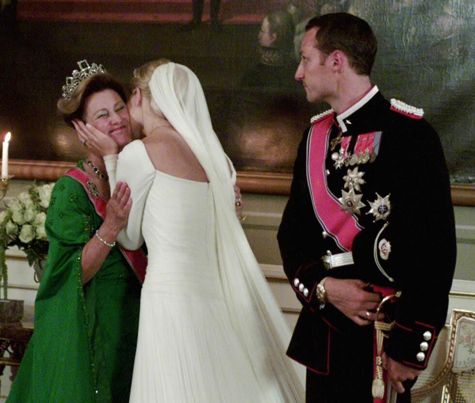 ET TIÅR SENERE: Da kronprins Haakon og Mette-Marit giftet seg 25. august 2001 hadde kong Harald og dronning Sonja vært kongepar i 10 år. Det er ingen tvil om at Mette-Marit og svigermor Sonja har et nært og varmt forhold. Foto: NTB scanpix