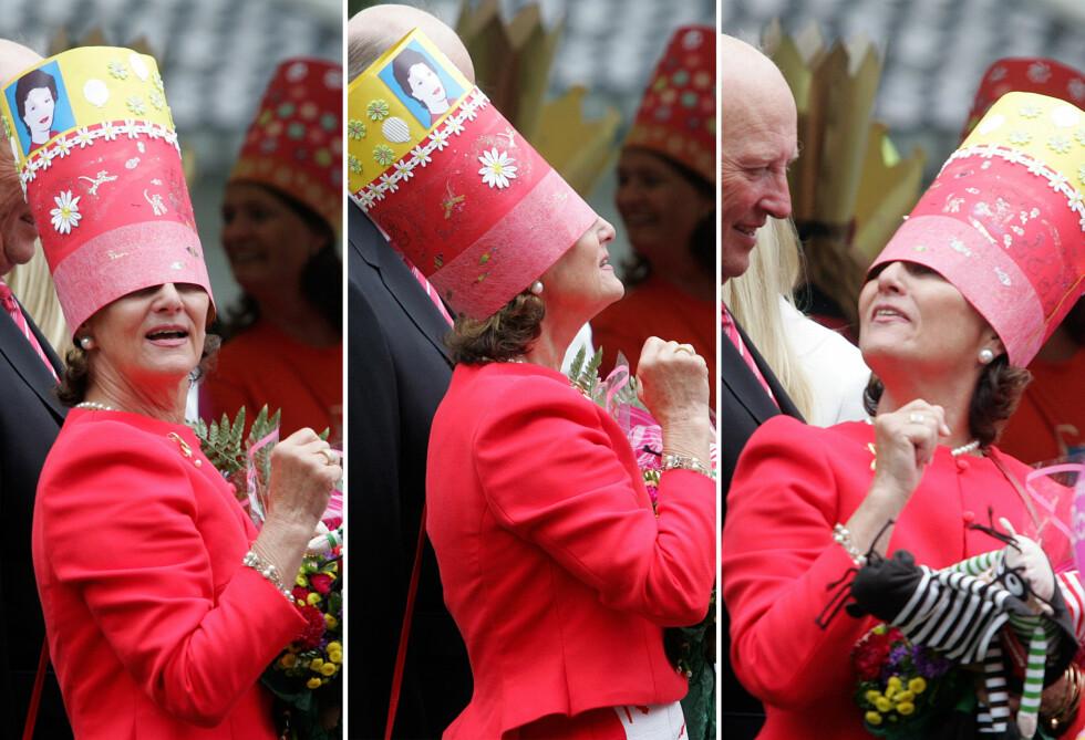 FESTLIG: Dronning Sonja er en varm og jordnær kvinne, med utstråling, pågangsmot og mye humor. Det fikk vi alle se da hun sommeren 2007 fikk utdelt bursdagskrone av noen barnehagebarn i Stavanger - som viste seg å være litt for stor. FOTO: NTB Scanpix