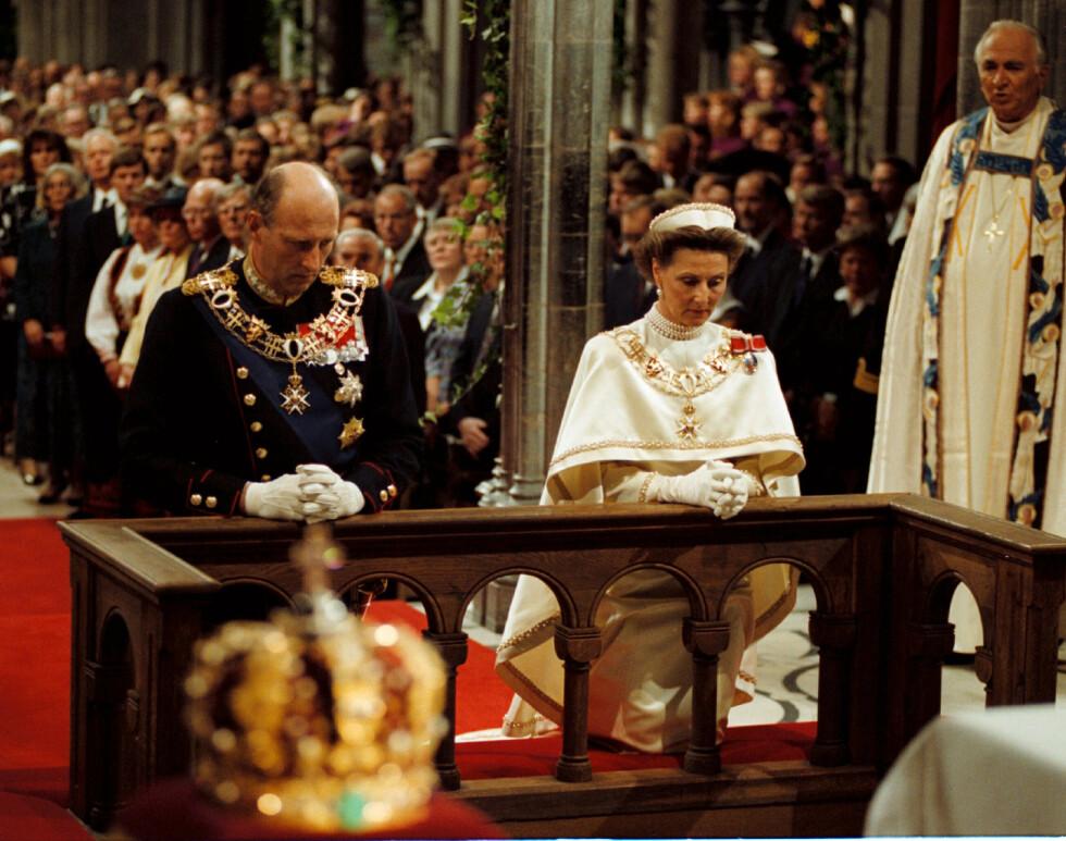 SIGNINGSFERDEN: I likhet med sin far valgte kong Harald å la seg signe til kongegjerningen. Sammen med dronning Sonja ble han signet i Nidaros Domkirke søndag 23. juni 1991. Her fra seremonien i den storslåtte katedralen. 23. juni 2016 var de igjen å se i Nidarosdomen, for å markere 25-årsjubileet. FOTO: NTB Scanpix
