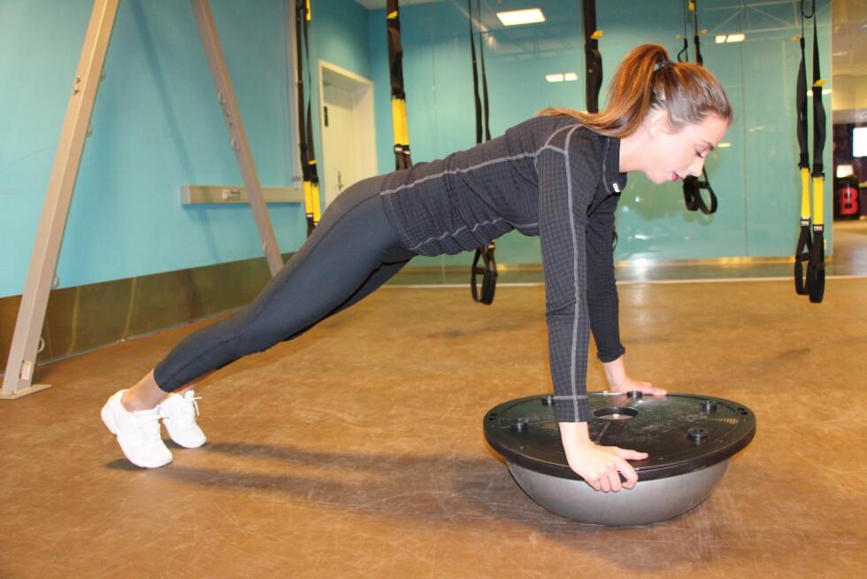 BOSU BALL: De fleste øvelser som blir utført på ustabilt underlag øker muskelaktiviteten. Push ups på bosuball involverer en større del av kjernemuskulaturen og en stor andel av støttemuskulatur. Dette er hensiktsmessig for deg som trenger en utfordring og vil utvikle en god kjerne! kan også gjennomføres på knærne! Foto: Stine Hartmann