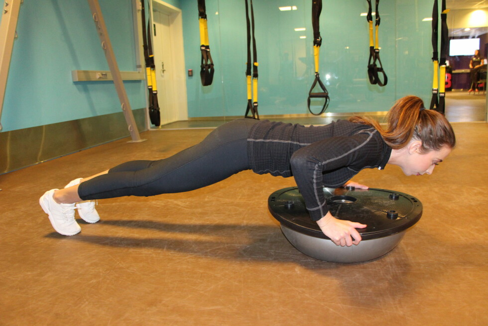 FOKUS PÅ RYGG OG CORE: Hold ryggen rett og stram til i mage i nedre posisjon.  Foto: Stine Hartmann