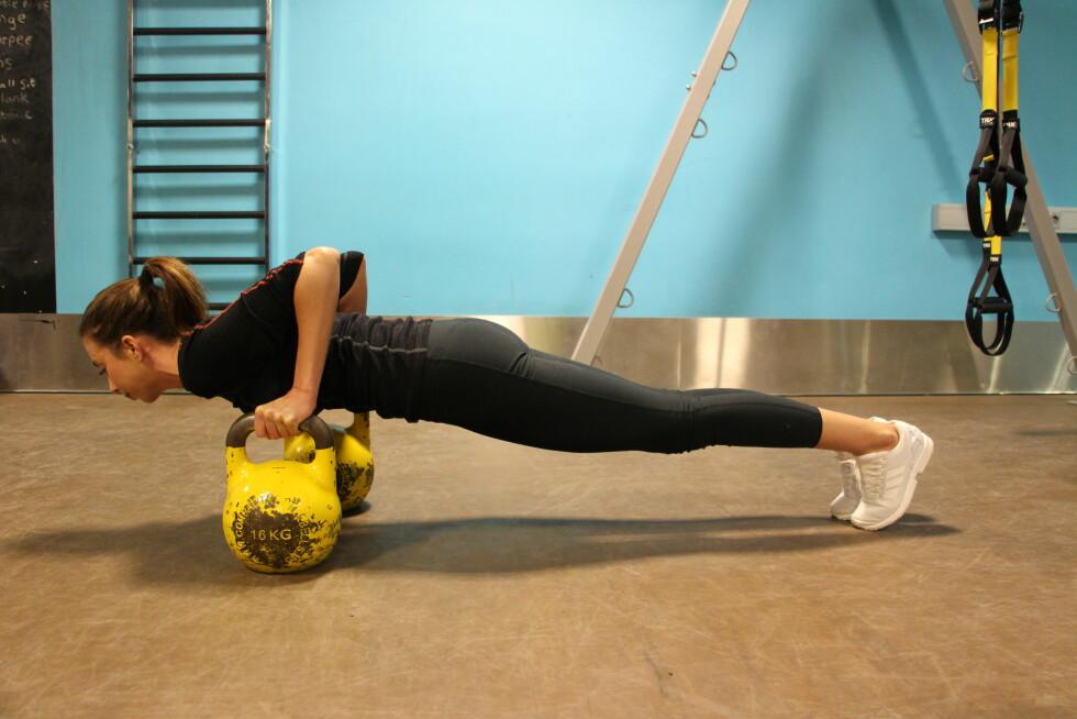 STERKE ARMER: I nedre posisjon gjelder det å fokusere på sterke armer, rygg og mage! Kan også gjøre på knærne. Foto: Stine Hartmann