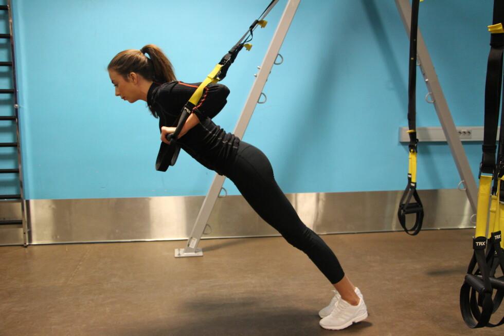 TRX: Push ups i TRX er lett å gjennomføre for alle ved å justere vinkelen på kroppen. Det stiller store krav til stabilitet i skuldre og mage. Du får bedre kontakt med brystmuskulatur og den er mindre belastende for håndleddet ditt.  Foto: Stine Hartmann