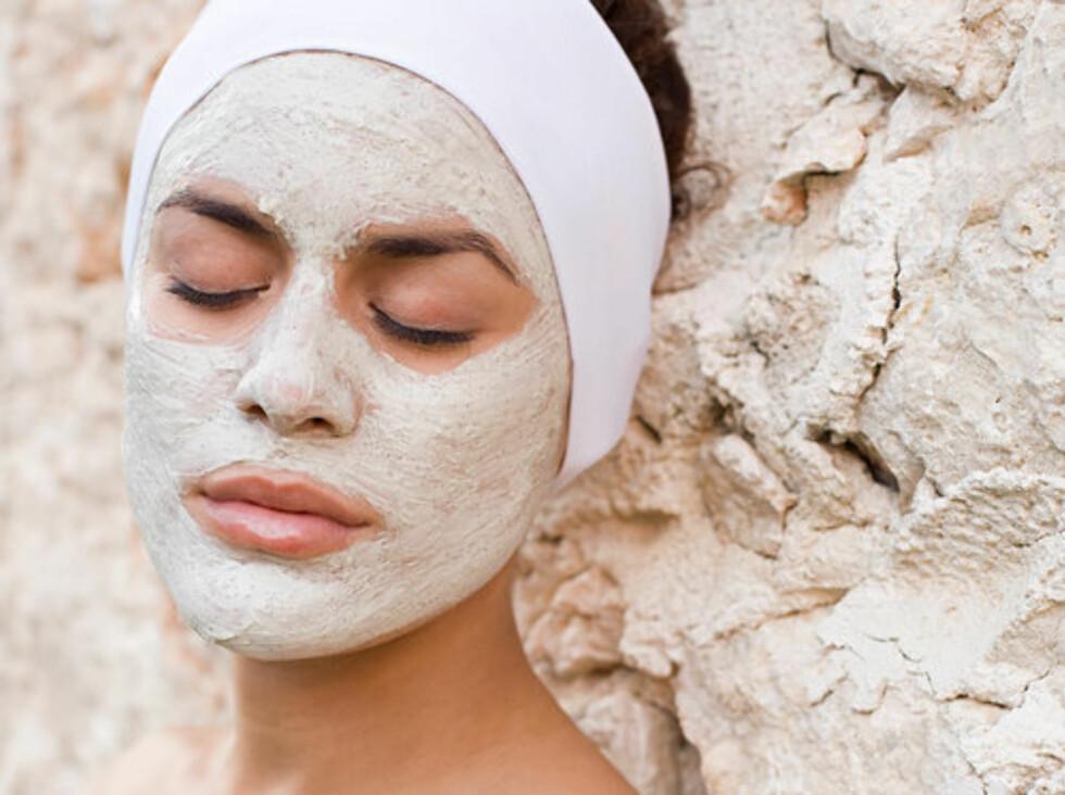 HJEMMELAGET PLEIE: Du trenger ikke mange ingrediensene for å gi huden både fukt og pleie. Rør sammen noen klassiske kjøkkenskapingredienser for å gi ansiktet ny glød og sårt trengt fukt.  Foto: Image Source