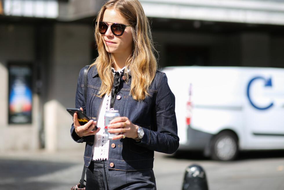 DOBBEL DENIM: Det er en look som ikke slår feil. Blusen med blonder og sløyfen i halsen har også vært en stor trend i år, og vi sier heller ikke nei takk til de solbrillene. Foto: Abaca