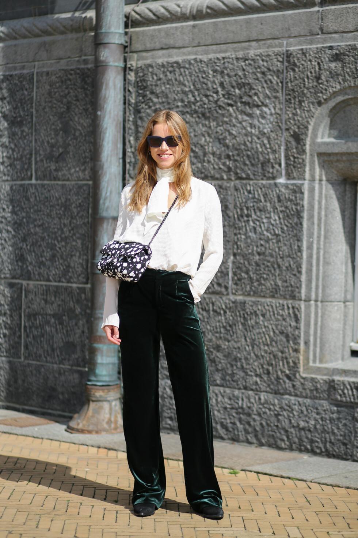 KUL DAME: Trine beskriver stilen sin som en blanding av high fashion og streetwear. Bare se hva hun kombinerer den lekre Chanel-vesken med! Foto: Abaca