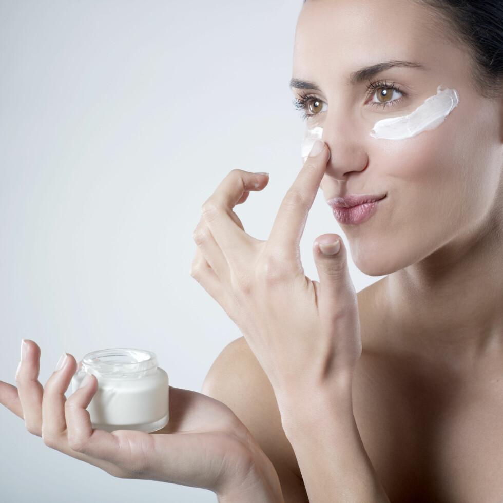 GIR ØKT EFFEKT: Om du peeler huden jevnlig, helst 1–2 ganger i uka, sørger du også for å få mest mulig effekt av både serumer, fuktighetskremer og ansiktsmasker.  Foto: Laurent Hamels - Fotolia
