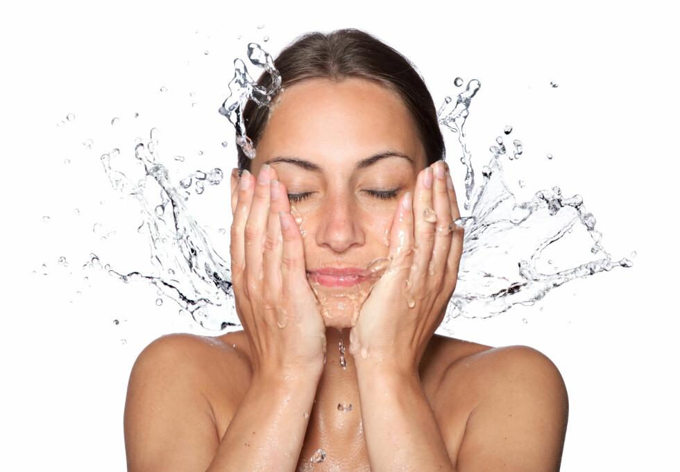 <strong>RENS FØRST:</strong> For å få størst effekt av peelingen, bør du rense huden ordentlig først.  Foto: Vitalij Geraskin - Fotolia