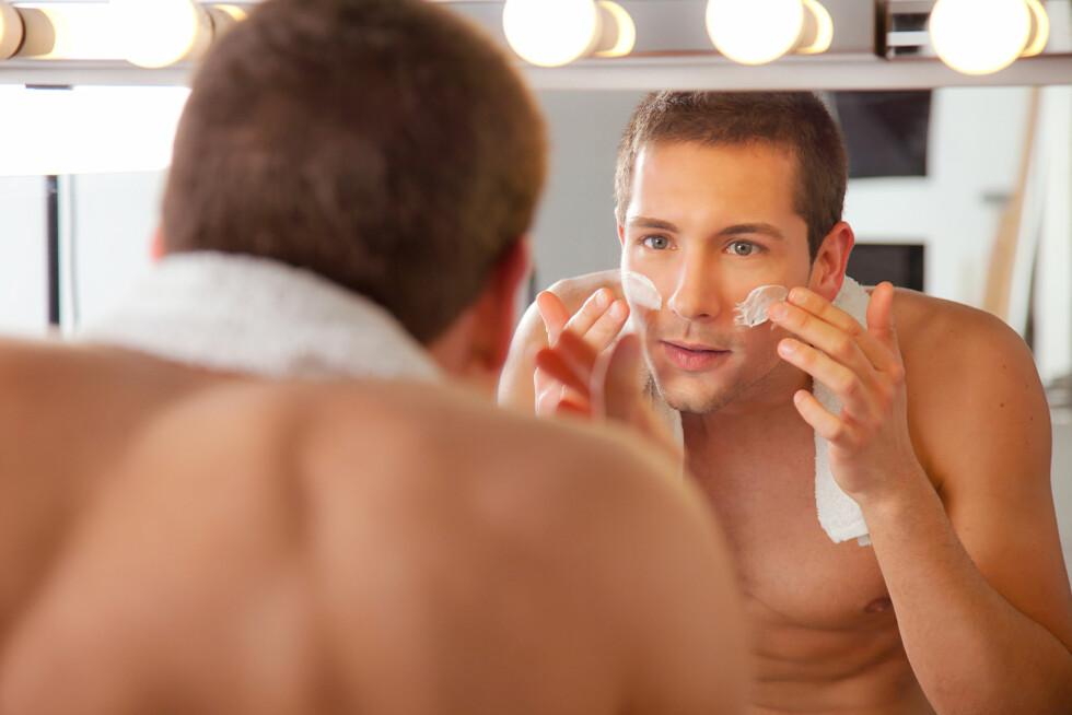 NØYE MED BARBERING: Menn må, ifølge ekspertene, sørge for å tilføre huden rikelig med fukt etter barbering.  Foto: bonninturina - Fotolia