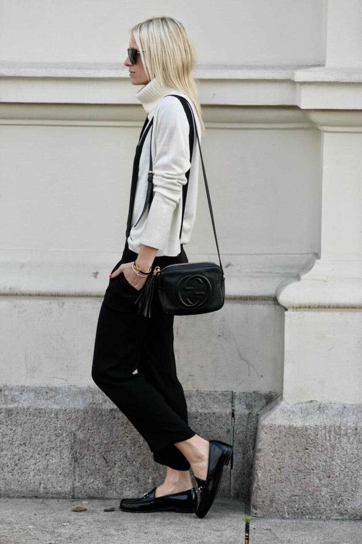 HØYHALSER: En skjorte, kul strikkegenser eller enkel hvit høyhalser - sistnevnte som sett her på Celine, er perfekt til playsuiten.  Foto: Hippiehippiemilkshake.blogpost.no/Nathalie Helgerud