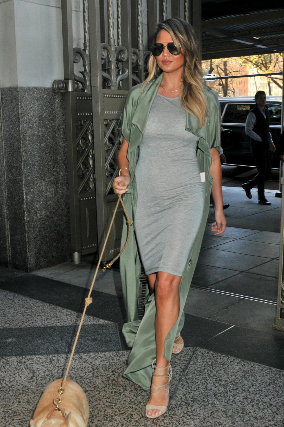 <strong>UT PÅ TUR:</strong> Denne looken ser vi ofte på Chrissy Teigen - selv når hun går tur med hunden. Foto: Splash News