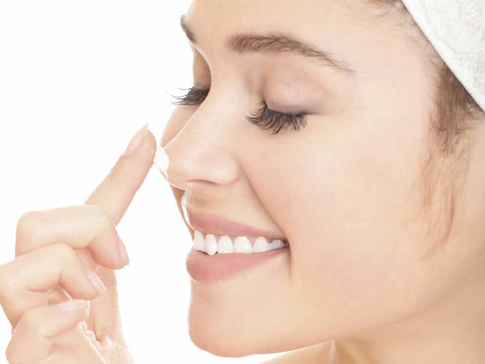 FØRSTE BUD: Om du vil fortsette å se ung ut, bør du huske å smøre deg godt hver dag. Uttørket hud ser alltid eldre og mer rynkete ut enn en godt fuktet hud. Se flere tips om hvordan du kan bruke sminke til å få en mer ungdommelig look lenger ned i saken.  Foto: Colourbox