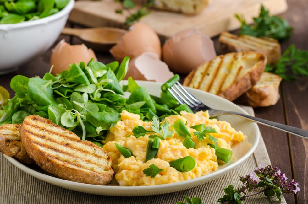 EGGERØRE: Dersom du skal ha mange gjester til frokost kan det lønne seg å lage eggerøren i ovnene. Da får du laget en mye større porsjon!  Foto: Shutterstock / Stepanek Photography