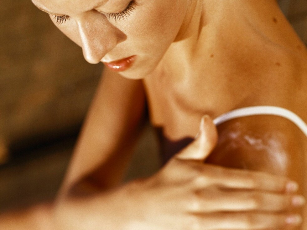 <strong>SKRUBB, SKRUBB:</strong> For å få en jevn og fin brunfarge av selvbruningskremer, bør du eksfoliere huden både før og etter påføring. Foto: colourbox.com