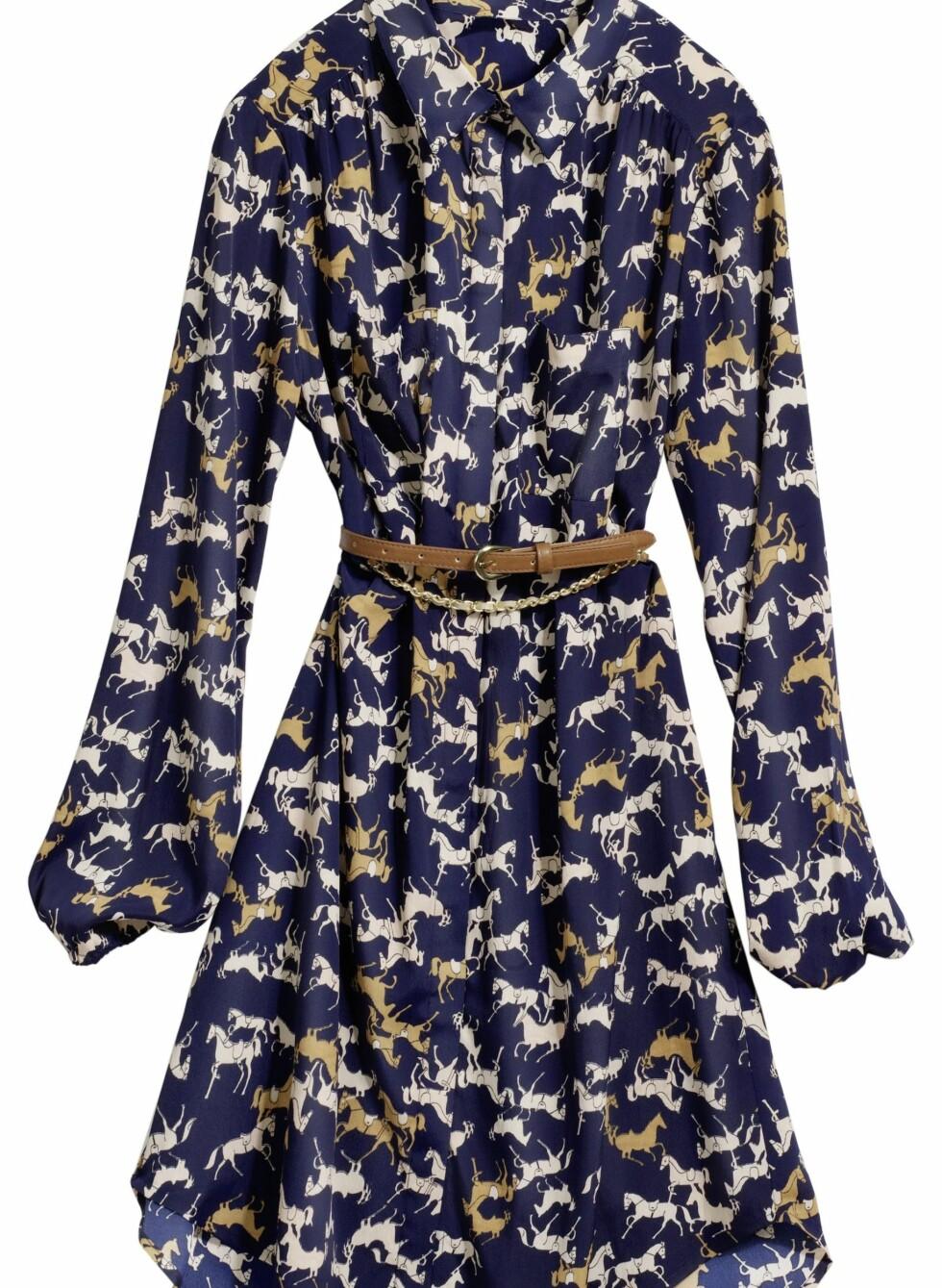Mørkeblå kjole med hestemønster, kr 349. Foto: Produsenten
