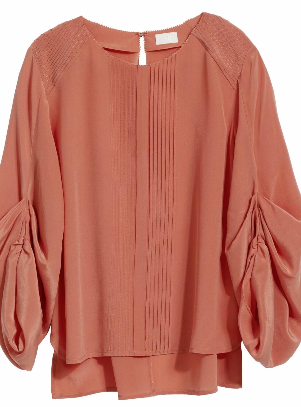 Korallfarget bluse med løs passform, lange ermer og knapp i nakken, kr 499. Foto: Produsenten