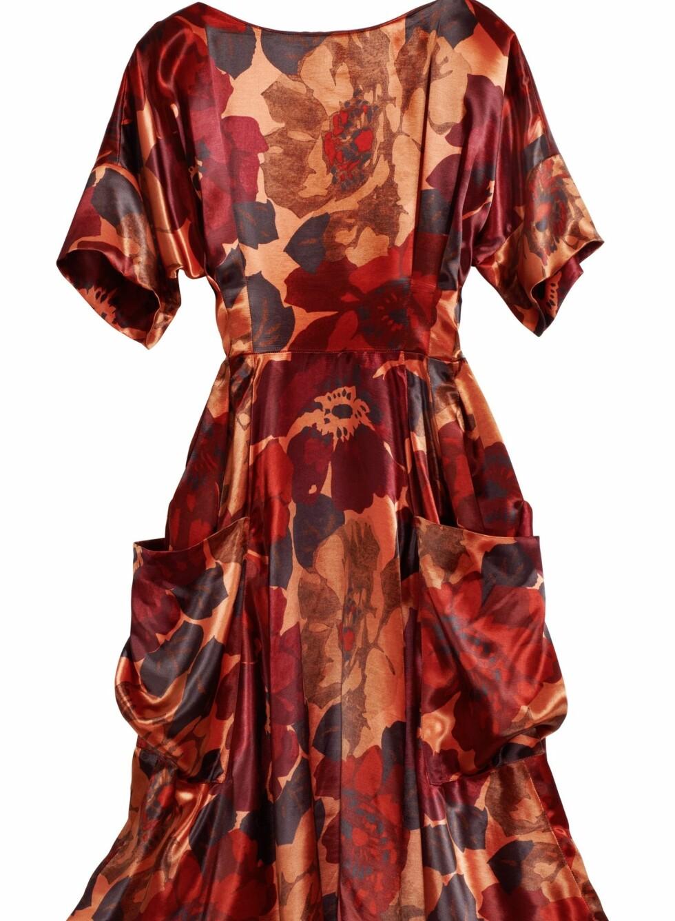 Lang kjole med store lommer og korte, løse ermer. Det store mønsteret i tone av rødt, burgunder, rust og oransje varmer på kalde høstdager, kr 599. Foto: Produsenten