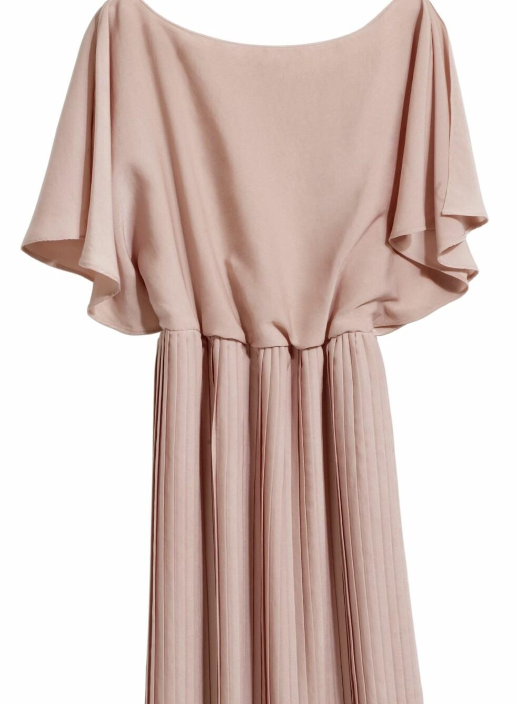 Kjole med løs overdel og plisséskjørt i en sart rosatone, kr 299. Foto: Produsenten
