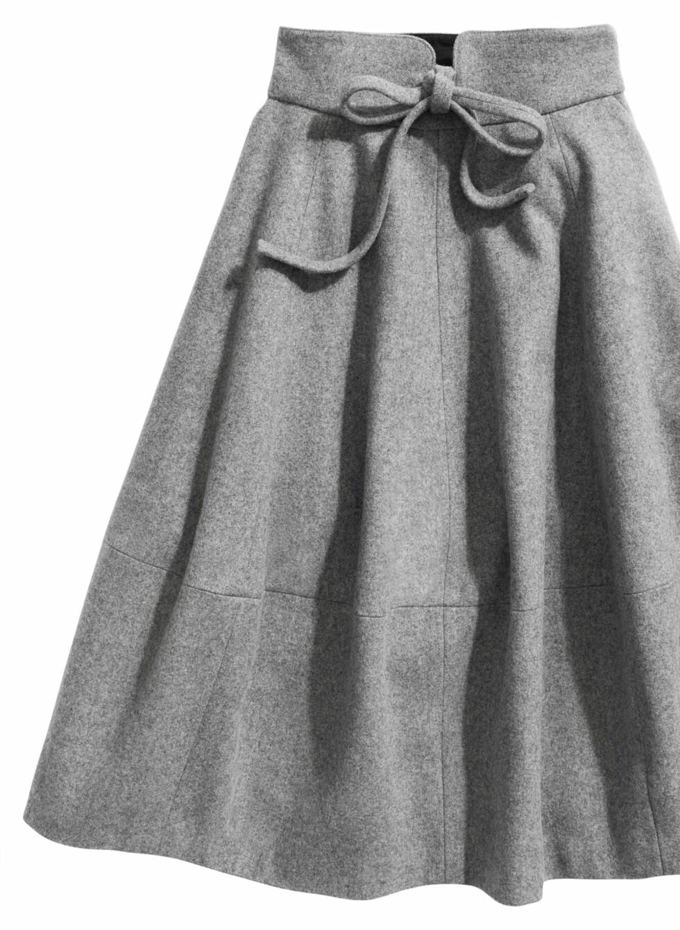Mellomlangt skjørt med dekorativ knytting i livet, kr 499. Foto: Produsenten