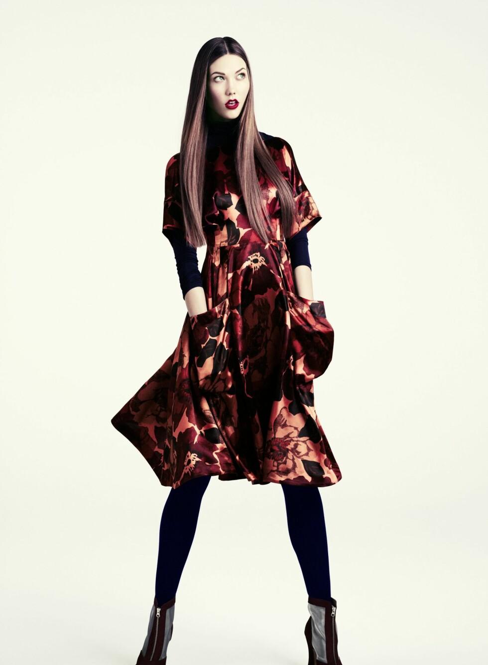 Mørkt og mystisk, men med de varme fargene i kjolemønsteret blir uttrykket likevel feminint. Foto: Produsenten