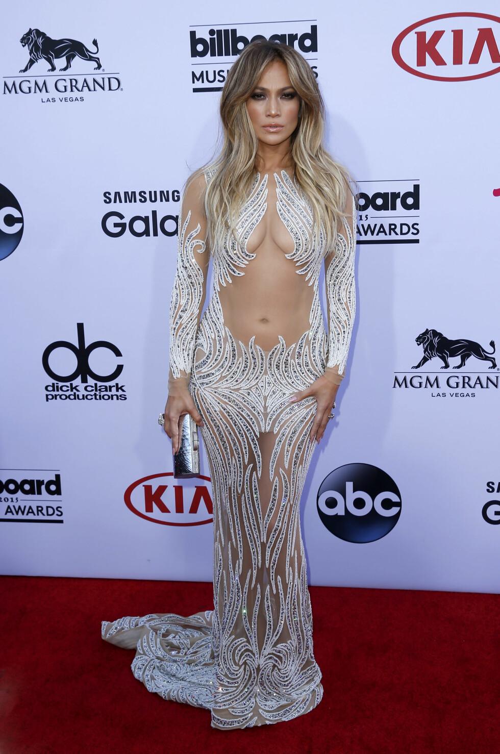 VISTE HUD: Kjolen JLo hadde på seg fra Charbel Zoe viste både pupper og mage.  Foto: wenn.com Scanpix