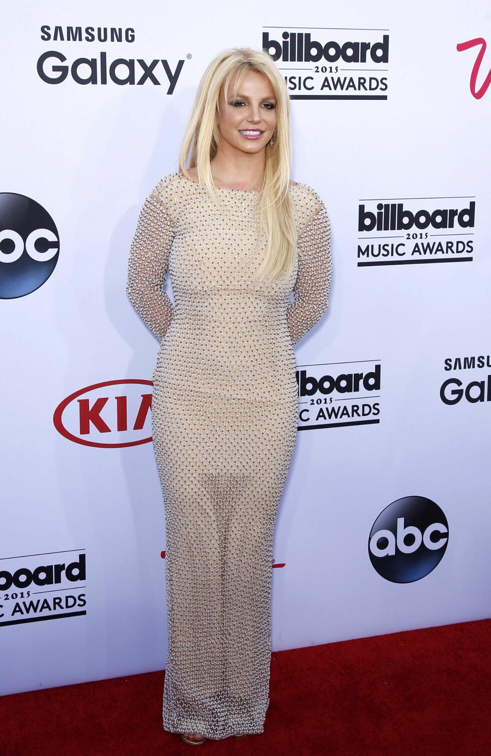 BEIGE MED BLING: Britney Spears på den røde løperen. Foto: wenn.com Scanpix