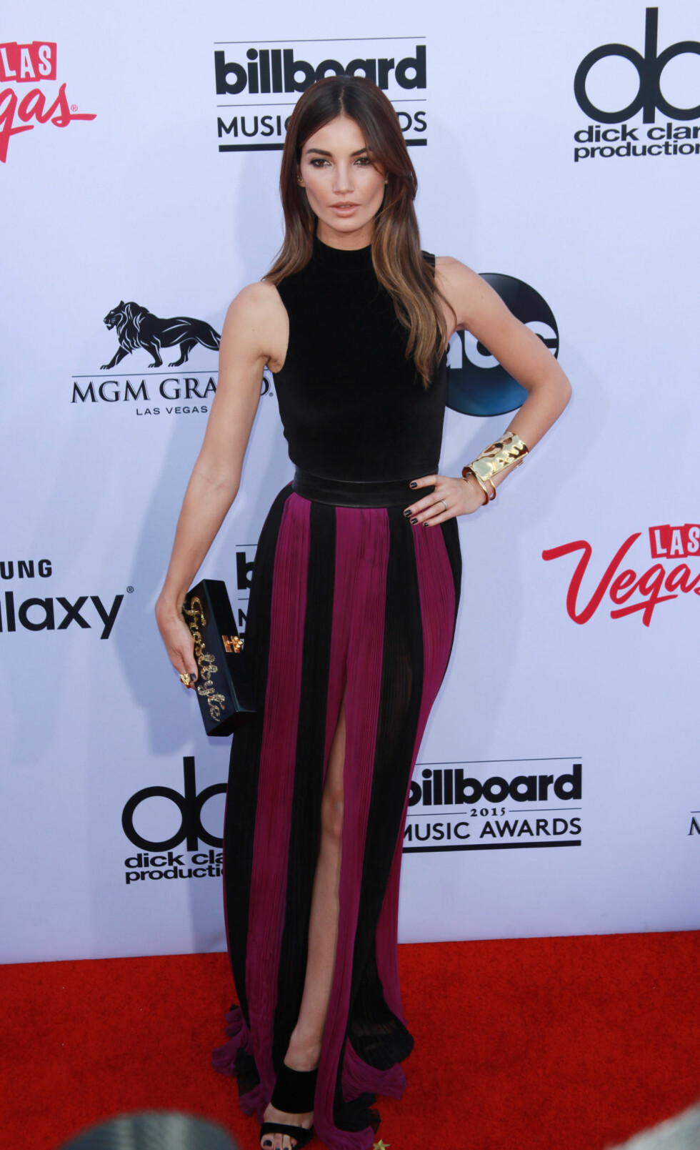 SORT OG LILLA: Victoria's Secret-modellen Lily Aldridge kom også i kjole fra Balmain. Foto: Zuma Press Scanpix