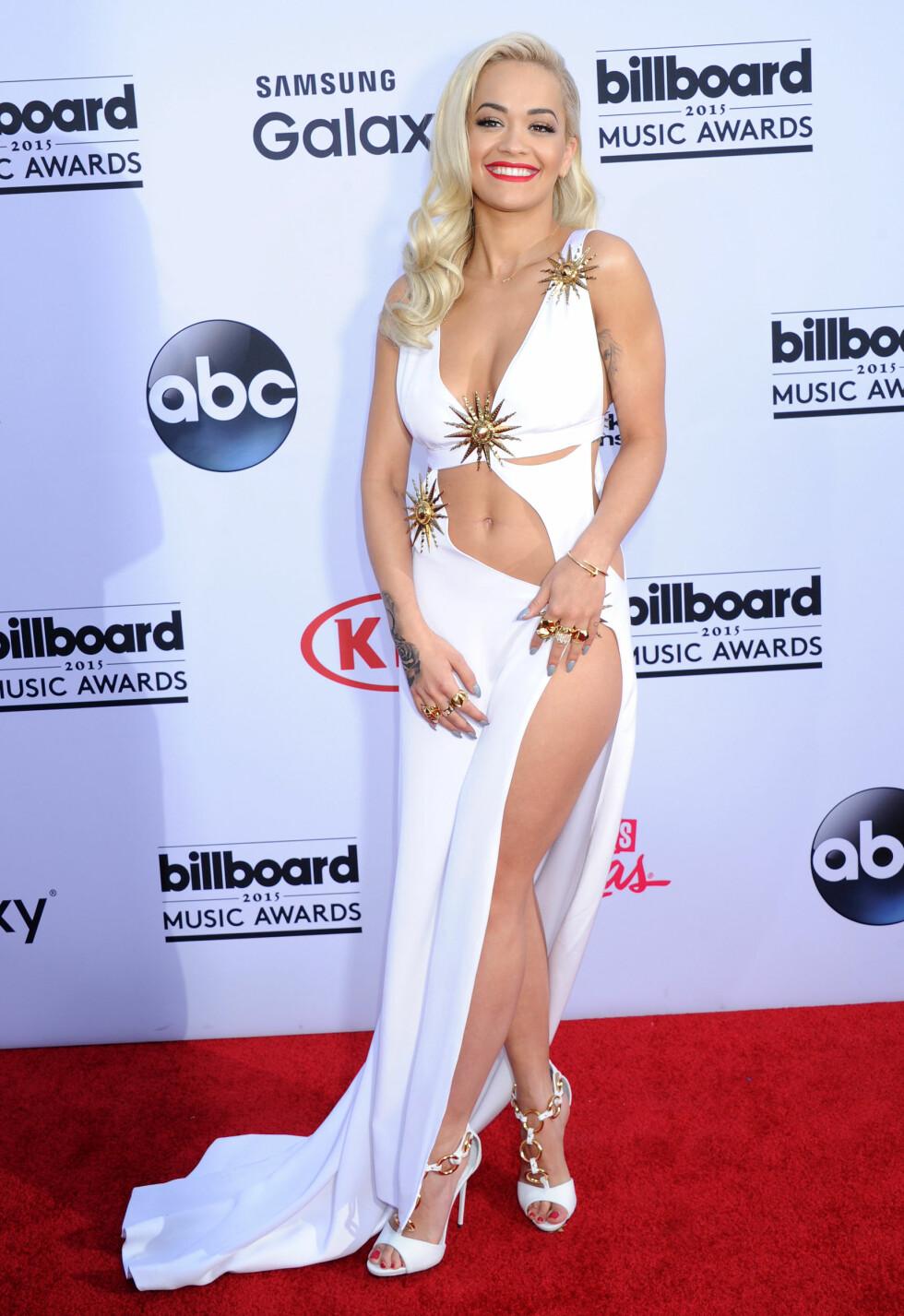 HØY SPLITT: Rita Ora viste mye hud på den røde løperen. Foto: Broadimage Scanpix