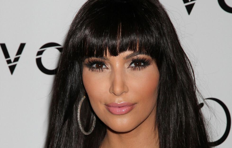 JUKSELUGG: Kim Kardashian har jukset seg til pannelugg med en clip-in-versjon. Vel verdt det om du bare lefler med ideen om å bli panneluggjente.  Foto: All Over Press