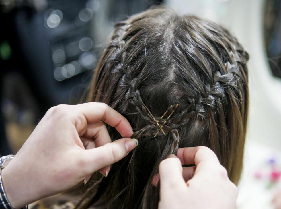 SLIK FIKSER DU FRISYREN: - Mitt beste tips er å sette to eller tre eller flere hårnåler i et kryss når du fester håret, sier Silje Rode Alterhaug på Glitter i Oslo, til KK.no.  Foto: Per Ervland