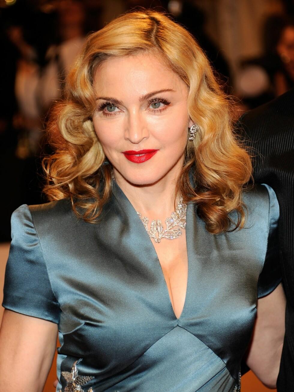 Klassisk sminke og hollywoodbølger i håret sto godt til den glamorøse kjolen og de delikate smykkene. Foto: All Over Press