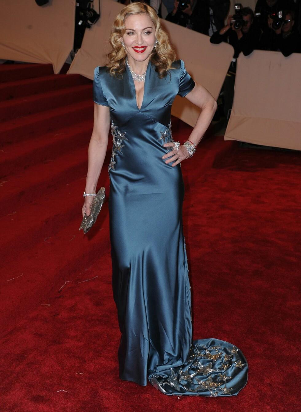Selv om skjæringen på Stella McCartney-kjolen er dyp, er helheten tekkelig og klassisk. Foto: All Over Press