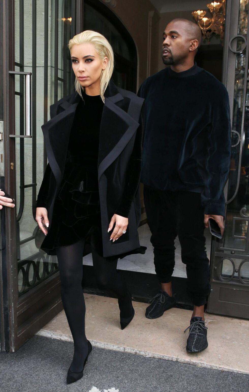 PÅ VEI TIL BALMAIN-SHOW I PARIS: Kim Kardashian og Kanye West skal følge moteuken i Paris. Foto: REX/All Over Press