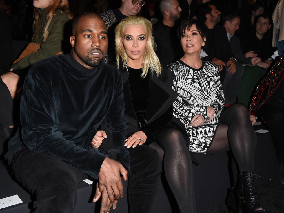 PÅ FØRSTE RAD PÅ MOTEVISNING: Kanye West, Kim Kardashian og Kims mor Kris Jenner på visningen til Balmain i Paris. Foto: David Fisher/REX/All Over Press